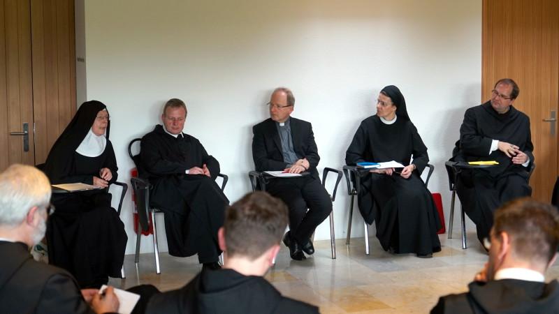 Bischof Elbs (Mitte), Priorin Gassmann (rechts) und Abt Hausmann (links) | © 2016 Georges Scherrer