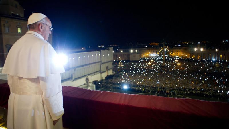 Papst Franziskus am 13. März 2013 nach seiner Wahl auf der Loggia des Petersdomes. | © KNA