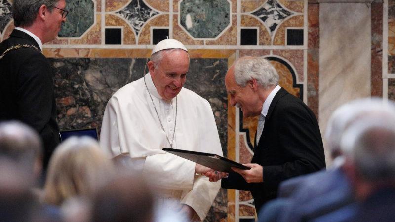 Papst Franziskus erhält vom Vorsitzenden des Karlspreis-Direktoriums, Jürgen Linden, den Preis überreicht. | © 2016 KNA