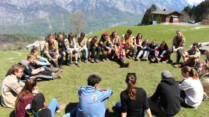 Helen Joss bespricht mit den Pfadfindern die Übung  © 2016 Samira Amos