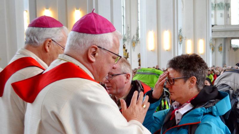 Frauen Pilgern nach Rom – Bischof Büchel segnet Hildegard Aepli | © 2016 Sylvia Stam
