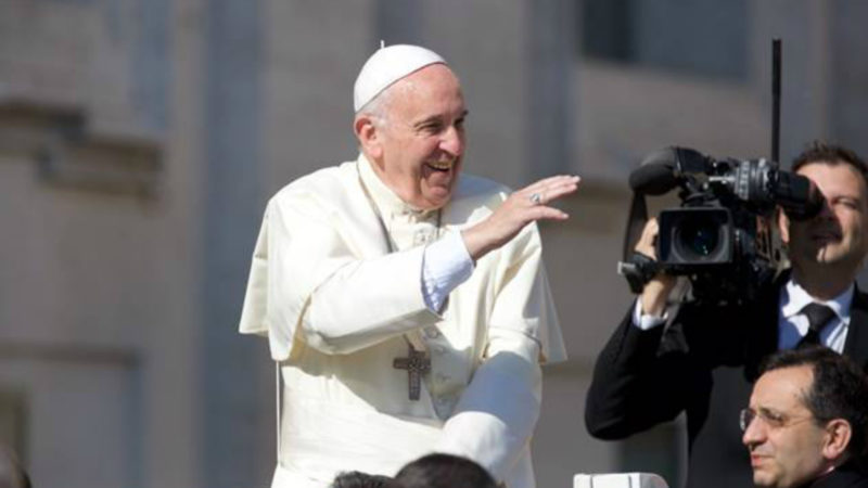 Papst Franziskus winkt den Gläubigen auf dem Petersplatz. | © 2016 Oliver Sittel