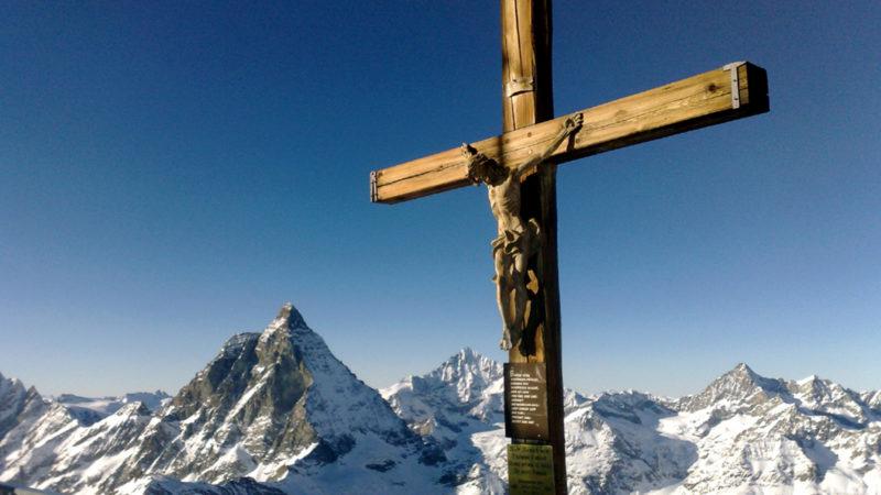Gipfelkreuz Kleines Matterhorn - im Hintergrund Grosses Matterhorn | © Georges Scherrer