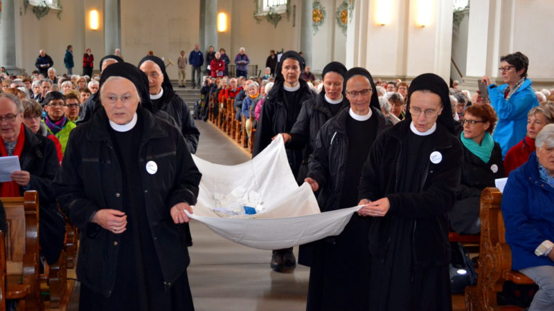 Frauen Pilgern nach Rom – Schwestern vom Kloster Fahr sammeln Fürbitten ein | © 2016 Sylvia Stam