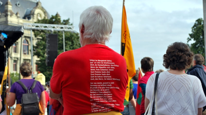 T-Shirt mit Text des Schweizer Psalms | ©  Barbara Ludwig