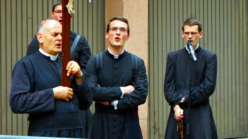 Bernard Fellay (links) und Priester der Priesterbruderschaft Pius X. 2016 in Freiburg | © Georges Scherrer