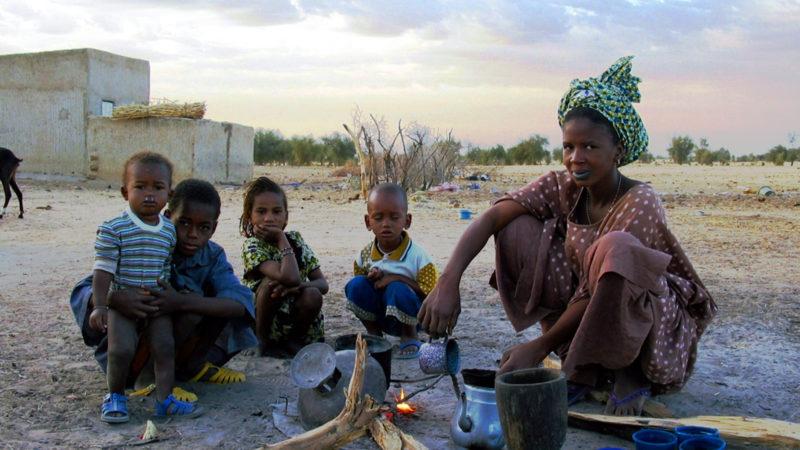 Mutter mit Kindern im Senegal | © Fastenopfer