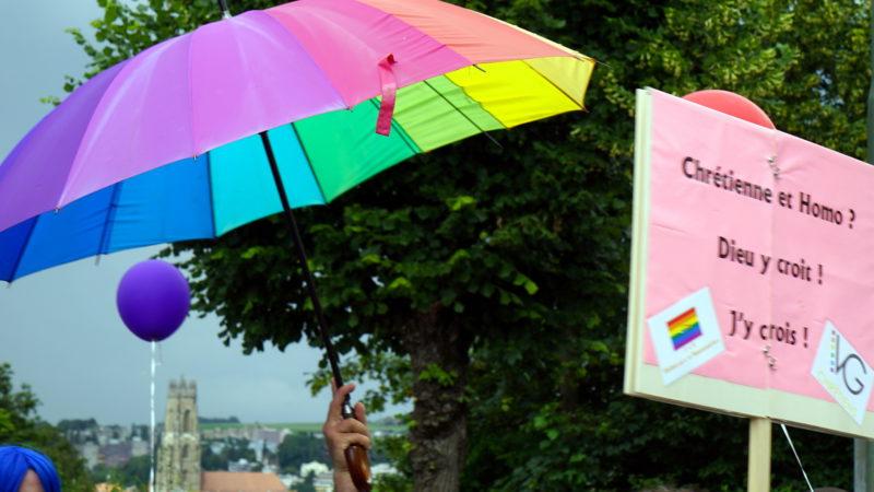 Regenbogen-Farben der Pride mit Kathedrale Freiburg | © Georges Scherrer