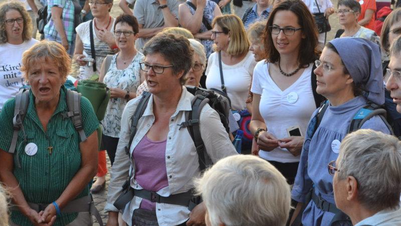 Hildegard Aepli (Mitte) unter Pilgerinnen in Rom | © Sylvia Stam