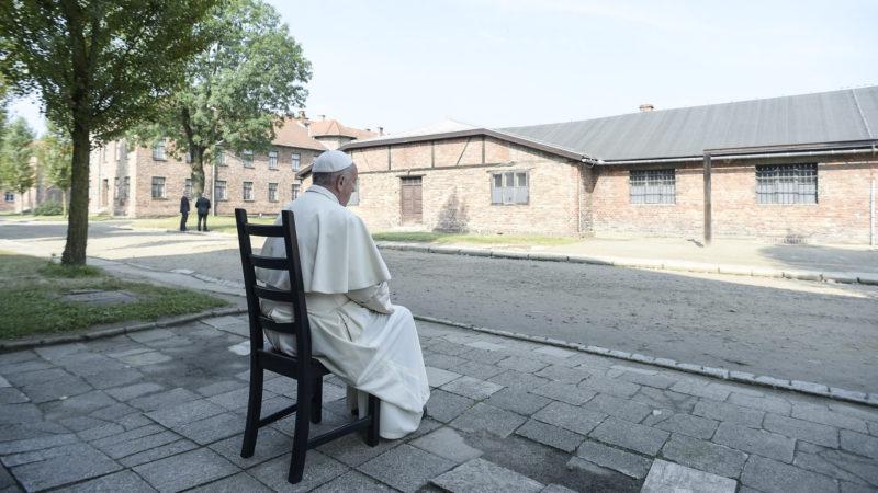 Papst Franziskus beim Besuch des Konzentrationslagers Auschwitz. | © KNA