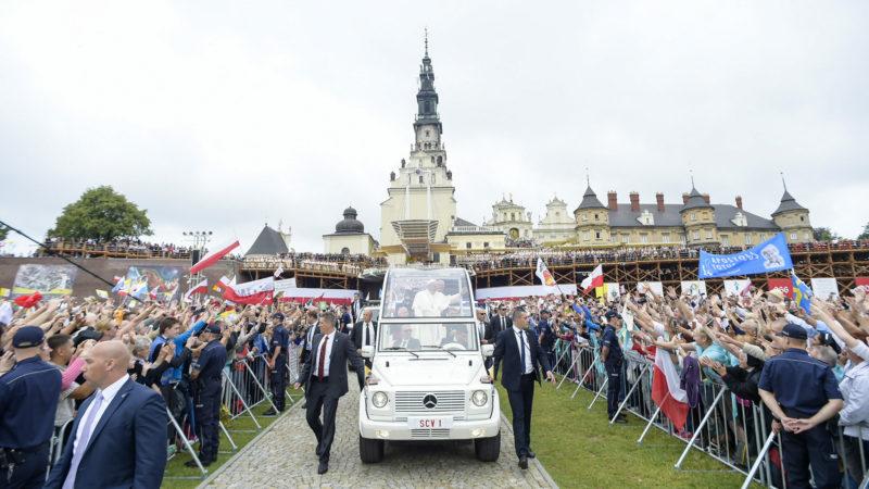 Papst Franziskus beim Besuch im Paulinerkloster in Tschenstochau | © KNA