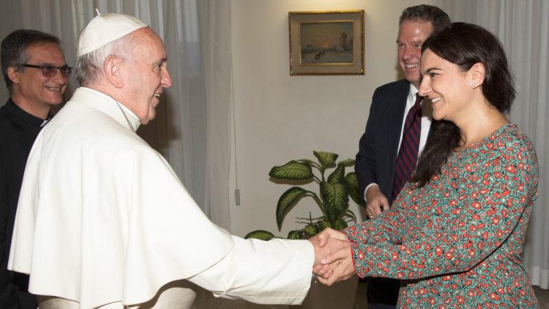 Papst Franziskus trifft Paloma Garcia Ovejero und Greg Burke am 11. Juli 2016 im Vatikan. | © KNA