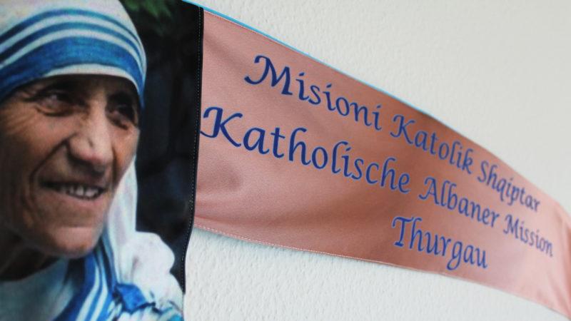 Mutter Teresa schmückt das Banner der Albanermission Thurgau   © zVg