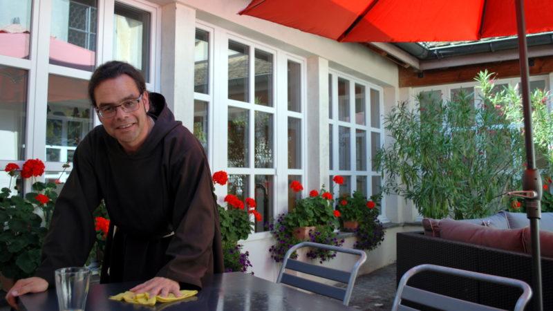 Bruder Kletus Hutter im Innenhof des Kapuzinerklosters Rapperswil | © Barbara Ludwig