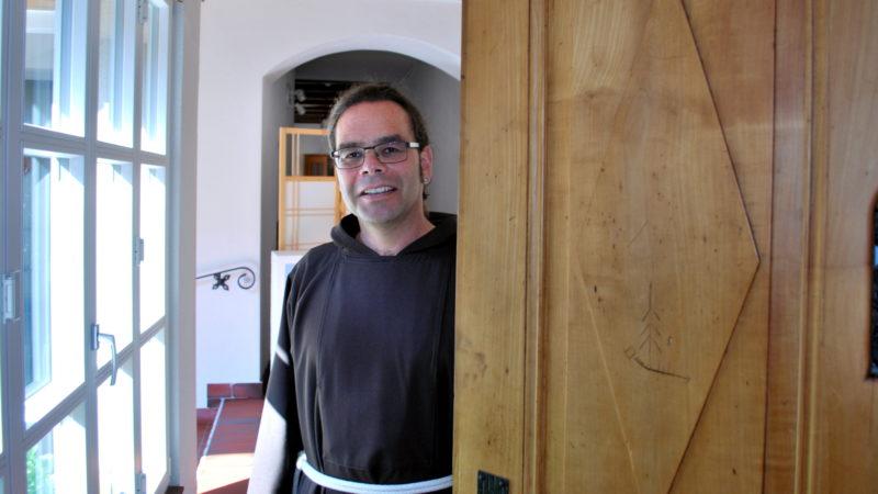 Bruder Kletus Hutter an der Pforte des Kapuzinerklosters Rapperswil. | © Barbara Ludwig