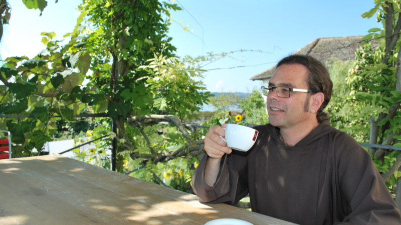 Bruder Kletus Hutter trinkt Kaffee auf der Veranda des Kapuzinerklosters Rapperswil. | © Barbara Ludwig