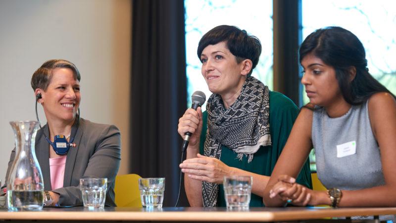 Suzan LeVine, Deniz Yüksel und Laavanja Sinadurai am Interreligiösen Frauenparlament, 25.9.2016 | © Maya Jörg