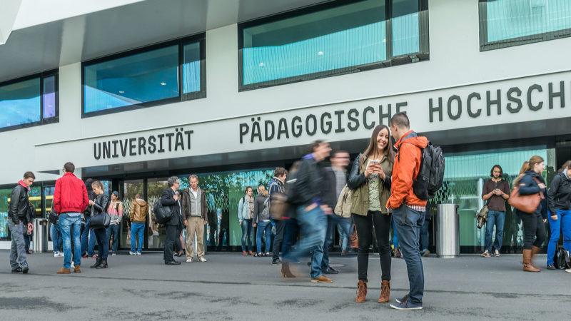 Grosser Betrieb an der Universität Luzern   © Roberto Conciatori