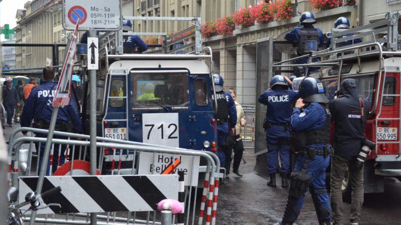 Die Polizisten beim Eingang machen sich bereit | © Francesca Trento