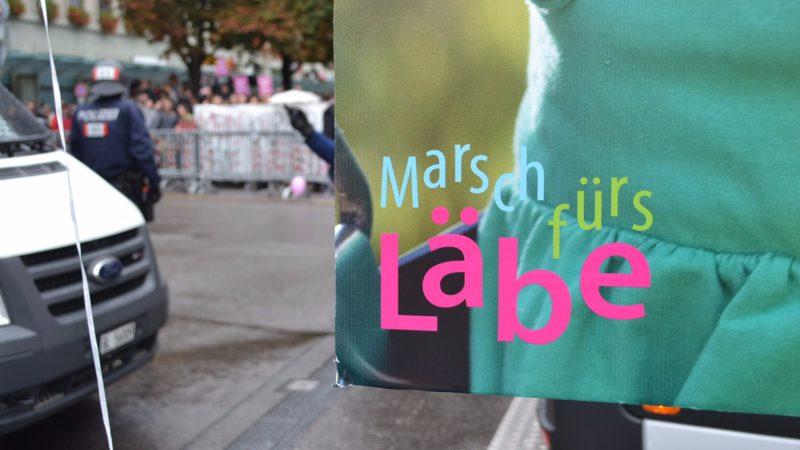 «Marsch fürs Läbe»-Plakat verdeckt die Gegendemonstration| © Francesca Trento