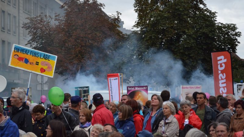 Die Gegendemonstration raucht vor Wut | ©  Francesca Trento