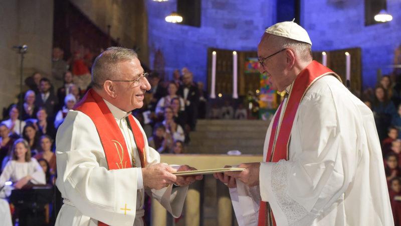 Papst Franziskus (r.) und Munib Younan, Präsident des Lutherischen Weltbunds, in der Kathedrale Lund | © kna