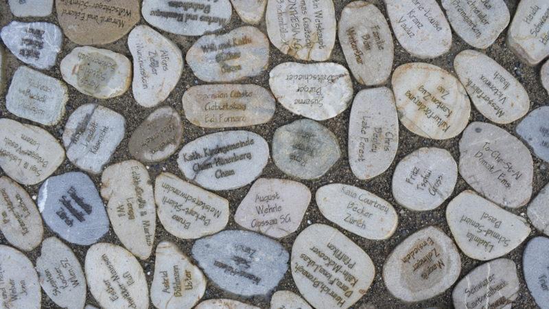 Spenden-Steine vor dem Kloster Einsiedeln | © Regula Pfeifer