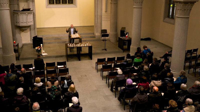 Gassenseelsorger Franz Zemp bei der Gedenkfeier für Drogenopfer im letzten Jahr. Vor ihm die für Drogenopfer entzündeten Kerzen   © Jutta Vogel / Gassenarbeit