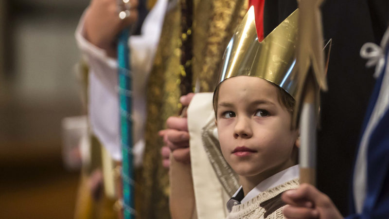 Als Heilige Drei Könige verkleidete Sternsinger am Neujahrsgottesdienst mit Papst Franziskus  | © kna