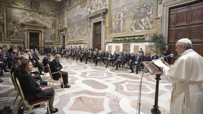 Papst Franziskus spricht im Vatikan zu den Staats- und Regierungschefs der 27 EU-Staaten.      © KNA