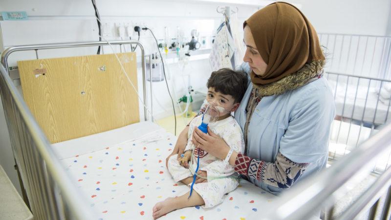 Mutter und Kind im Spital | © Meinrad Schade / Kinderhilfe Bethlehem