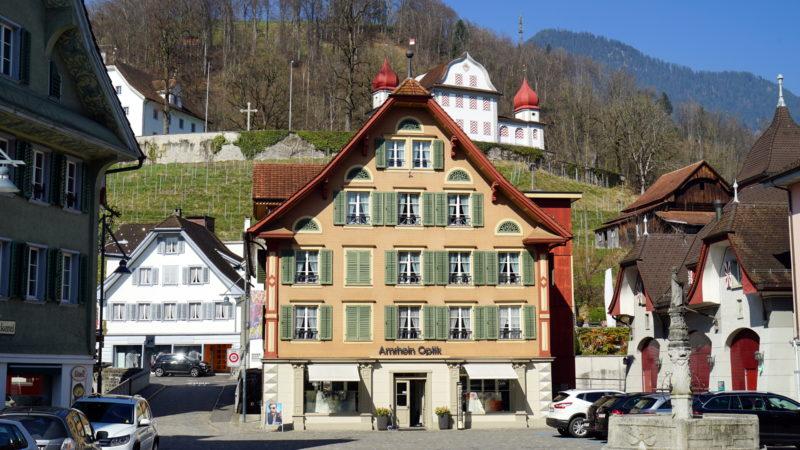 Versammlungsort Landenberg (im Hintergrund) über dem Dorfplatz Sarnen | © Georges Scherrer
