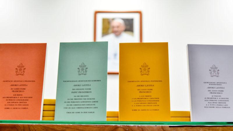 Portugiesische, deutsche, spanische und italienische Ausgaben von «Amoris laetitia» | © KNA
