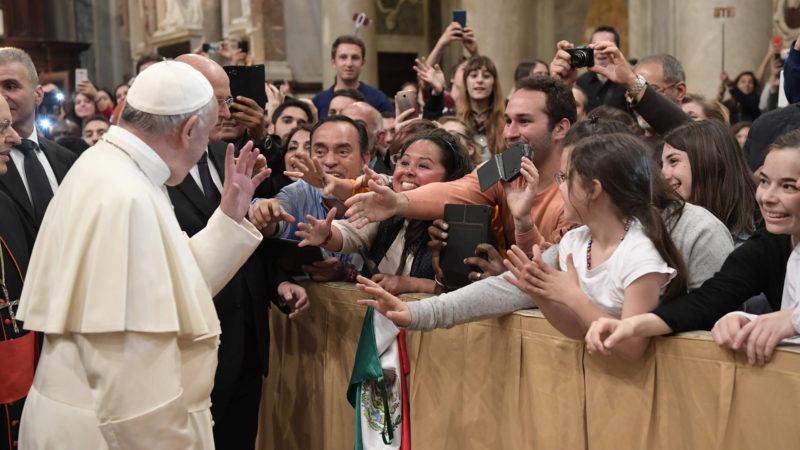Papst Franziskus am 32. Weltjugendtag mit Jugendlichen | © KNA