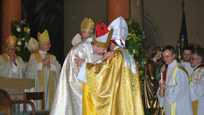 Kardinal Kurt Koch gibt dem neuen Basler Bischof Felix Gmür den Friedensgruss. | © Barbara Ludwig