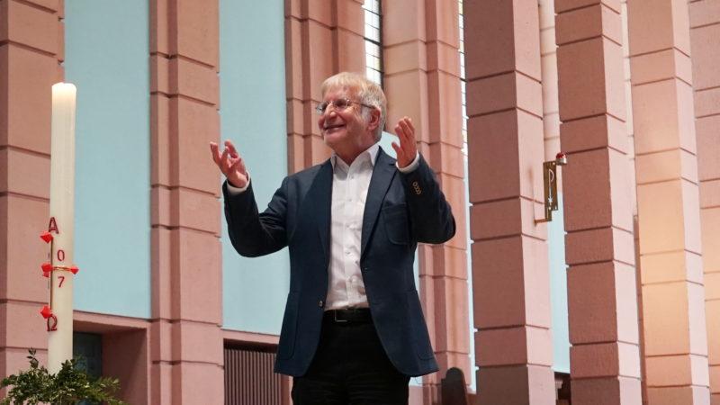 Pierre Stutz an einer Lesung am evangelischen Kirchentag in Berlin | © Vera Rüttimann