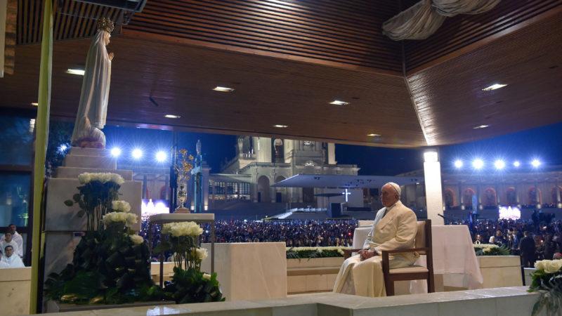 Papst Franziskus betet in der Erscheinungskapelle vor der Madonna von Fatima. | © KNA