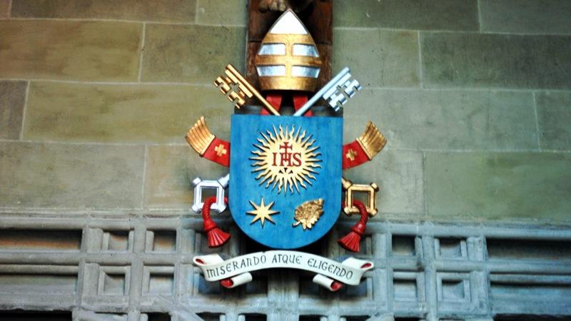 Das Wappen von Papst Franziskus über dem Eingang zum Münster von Konstanz | © Barbara Ludwig