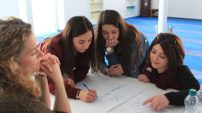 Teilnehmerinnen arbeiten an Positionspapieren zur muslimischen Jugendarbeit. | © Barbara Camenzind