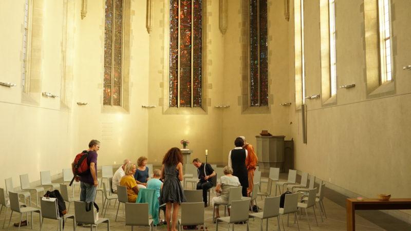 Stillewoche in Zürich: Besucher in der Wasserkirche | © Vera Rüttimann