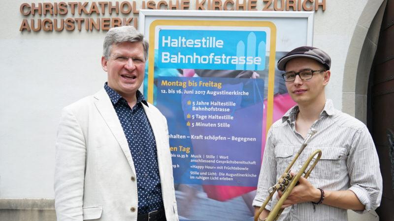 Pfarrer Lars Simpson (links) mit einem Trompeter vor der christkatholischen Augustinerkirche in Zürich | © Vera Rüttimann