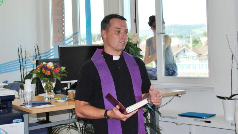 Patrick Lier, Pfarrer von Wetzikon, spricht den Segen für die AKJ Oberland. | © Barbara Ludwig