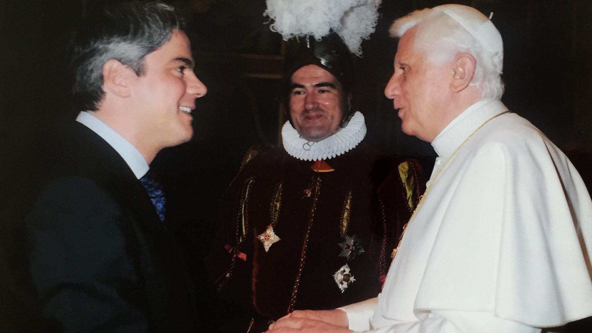 Marco Reichmuth als Vertreter der ehemaligen Schweizergardisten bei Papst Benedikt XVI. | © zVg