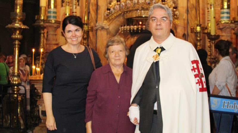 Marco Reichmuth mit Mutter und Ehefrau als Grabritter vor dem Heiligen Grab in Jerusalem  | © zVg