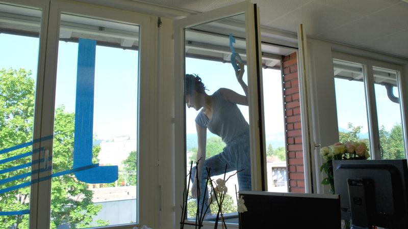 Elena Marti klebt die Buchstaben A, K und J auf die Fensterscheiben. | © Barbara Ludwig