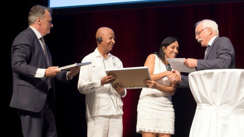 Preisübergabe im KKL: Mario Gattiker, Ricardo Esquivia, Luz Estela Romero, Caritas-Direktor Hugo Fasel (v.l.) | © Priska Ketterer/Caritas Schweiz