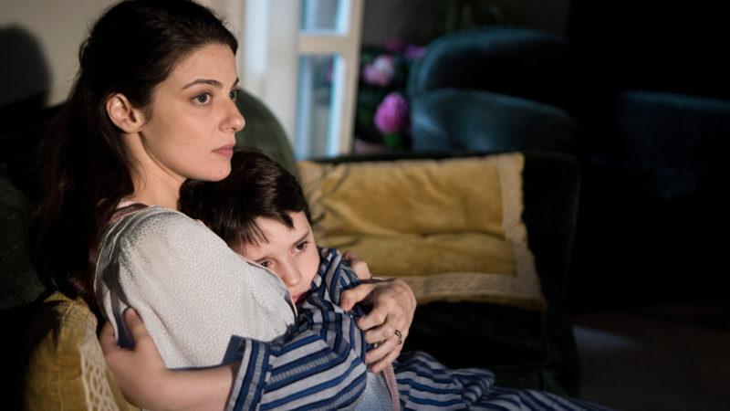Mutter und Sohn geben sich Halt. Filmstill aus «Fai bei sogni» | © filmcoopi