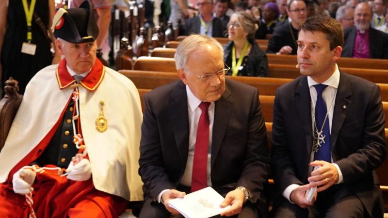 Bundesrat Johann Schneider-Ammann (Mitte, mit Bundesweibel) und SEK-Ratspräsident Gottfried Locher. | © Vera Rüttimann