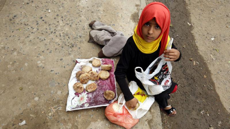 Ein jemenitisches Mädchen in Sana'a hat eine Essensration erhalten. | © Keystone