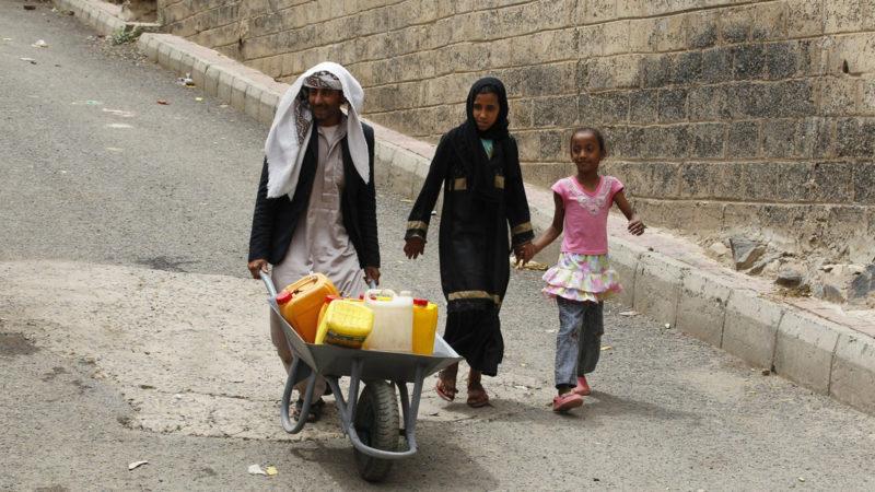 Jemeniten auf der Suche nach Trinkwasser in Sana'a | © Keystone